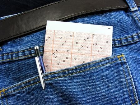 loteria: Un billete de lotería en el bolsillo trasero de los pantalones vaqueros oscuros