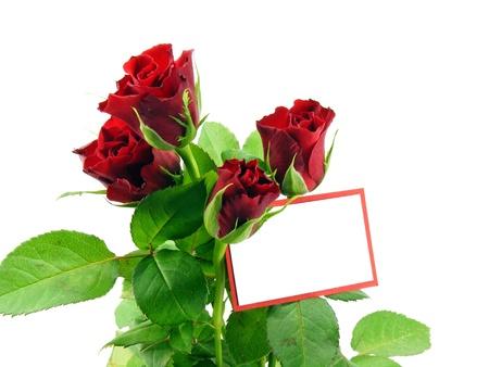 flores de cumplea�os: rosas rojas y una tarjeta de mensaje en blanco con copia espacio