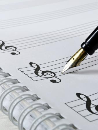 partition musique: Partition vierge avec stylo