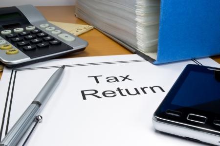 renta: Documentos de declaraciones de impuestos en un escritorio con espacio de copia