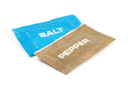 sachets: Sal y pimienta sobres sobre un fondo blanco Foto de archivo