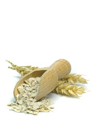 avena en hojuelas: La harina de avena copos con cuchara de madera sobre fondo blanco y copia espacio Foto de archivo