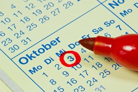 calendario octubre: Día de la Reunificación de Alemania con un círculo rojo en un calendario Foto de archivo
