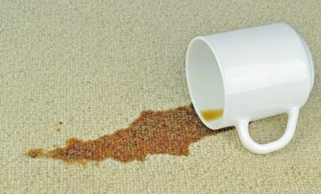 コーヒー汚れをカーペットの上のこぼれたカップ