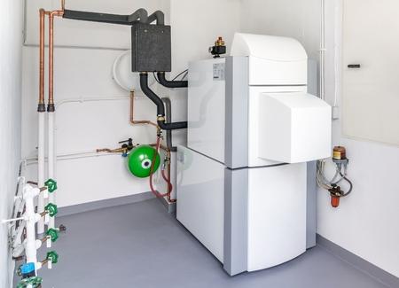 sistemleri: Bir ısıtma yağı sıcak su sistemi ve borular ile bir kazan dairesi Stok Fotoğraf