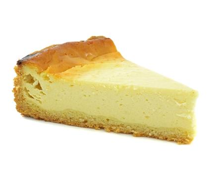 흰색 배경에 일반 치즈 케이크의 삼각형 슬라이스