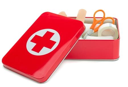 primeros auxilios: NIEDERSACHSEN, ALEMANIA 10 DE AGOSTO DE 2014- Un botiquín de primeros auxilios metálica abierta y de contenido sobre un fondo blanco