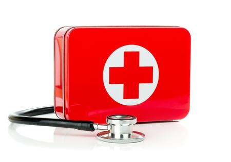 first aid box: NIEDERSACHSEN, ALEMANIA 10 DE AGOSTO DE 2014- Un botiqu�n de metal con estetoscopio sobre un fondo blanco