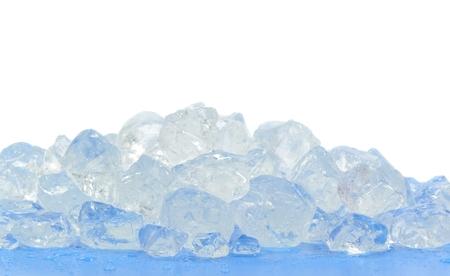ice crushed: Brokken van gemalen ijs op blauwe oppervlakte en witte achtergrond