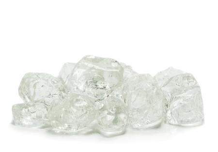 ice crushed: Brokken van ijs op een witte achtergrond