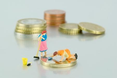 minimum wage: Concepto de salario m�nimo de dinero se�ora de la limpieza en miniatura Foto de archivo