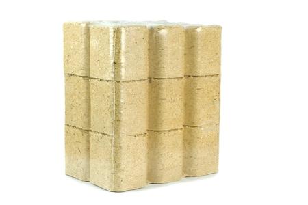 holzbriketts: Ein Multipack von Druckholzbriketts Heizung Kraftstoff auf weißem Hintergrund