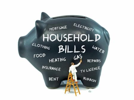 empleadas domesticas: Una hucha con palabras relacionadas con los costos de los hogares en el lado
