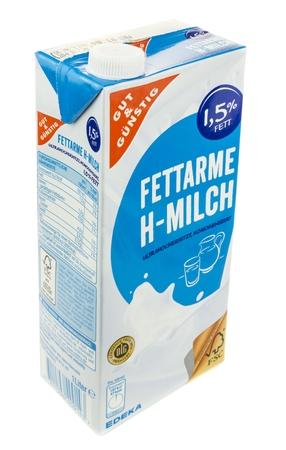 caja de leche: NIEDERSACHSEN, ALEMANIA DE JUNIO DE 29 de, 2016: Un cartón de un litro de leche sobre un fondo blanco