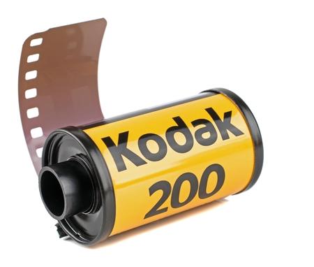 NIEDERSACHSEN, ALLEMAGNE 30 MAI 2018: Un rouleau de Kodak Gold 200 35mm film appareil photo analogique sur fond blanc Éditoriale
