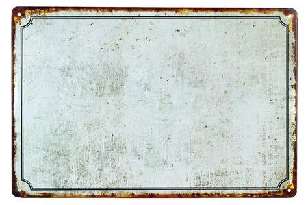 Un viejo letrero de metal oxidado en blanco con un fondo de espacio de copia para su texto