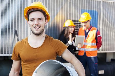 reciclar: j�venes trabajadores en un dep�sito de chatarra