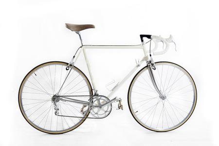 bicicleta retro: bicicleta de carreras de la vendimia aislado en un fondo blanco