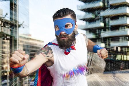 pelea: joven superhéroe inconformista combate el mal Foto de archivo