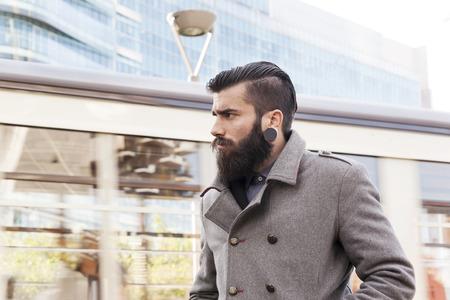 uomini belli: ritratto di giovani hipsters affari intorno ad una citt� moderna