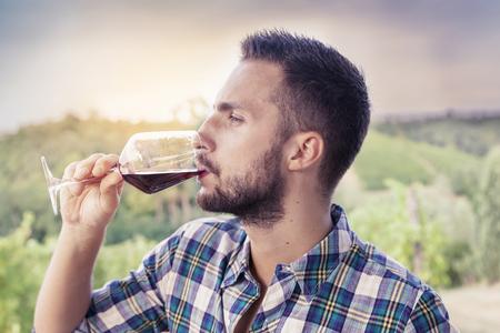 hombre con barba: hombre barbudo guapo beber vino tinto de vidrio