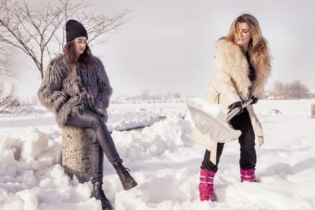 mujer trabajadora: mujeres j�venes palear la nieve cerca de un peque�o bosque