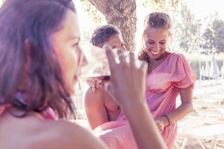 junge nackte m�dchen: junge Leute am Strand feiern