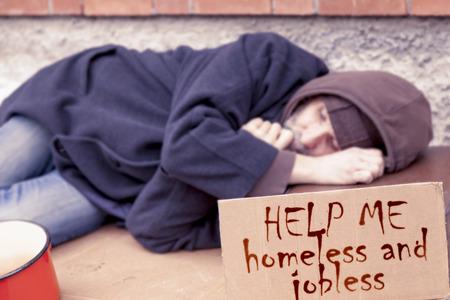 gente durmiendo: sin hogar durmiendo sobre un cartón en el vertedero