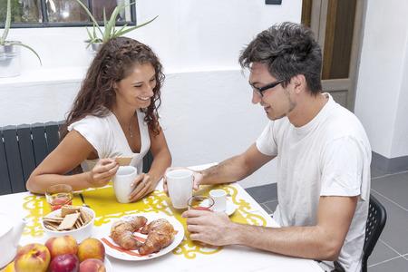 pareja adolescente: pareja de adolescentes tiene el desayuno en casa