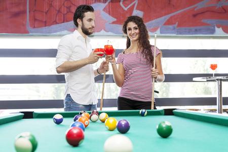 couple heureux toasts après une partie de billard