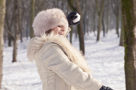 palle di neve: beautiful lady pulls snowballs in the woods