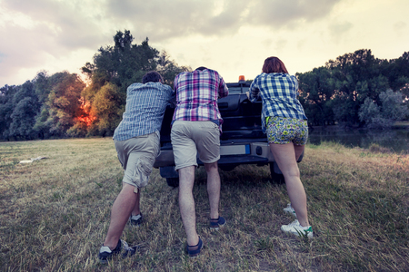 국가로에 깨진 된 자동차를 추진하는 친구의 그룹
