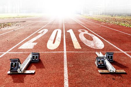 2018 celebración de año nuevo en el carril de carreras. Concepto de llegada de año nuevo Foto de archivo - 90459030