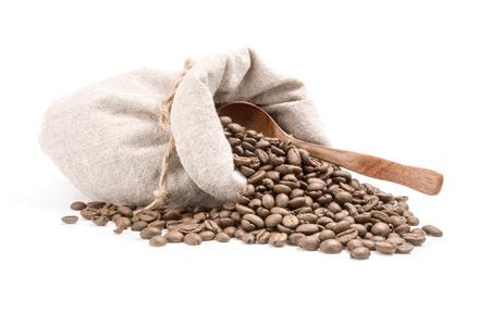 granos de cafe: granos de café aislados en un fondo blanco recorte