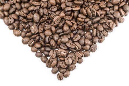 cafe colombiano: granos de café aislados en un fondo blanco recorte