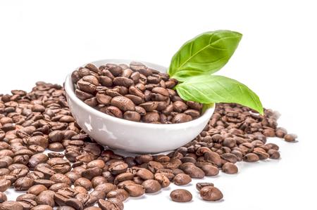 granos de cafe: Granos de café en un fondo blanco. trazado de recorte