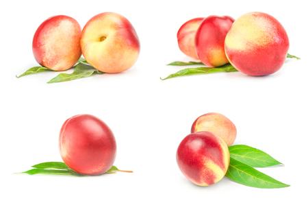 白に分離した熟した桃のセット