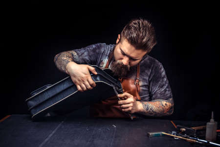 Leather man cutting out leather goods 免版税图像 - 157975756
