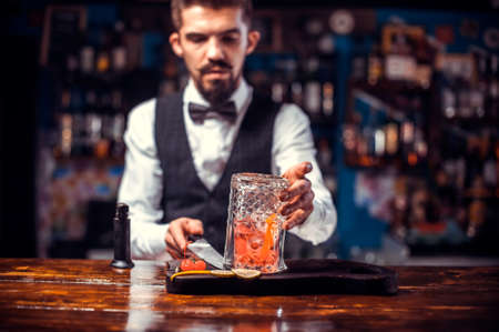 Bartender concocts a cocktail on the pothouse Standard-Bild