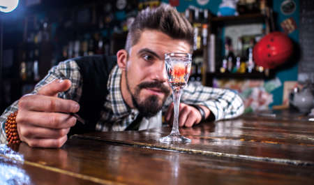 Bartender concocts a cocktail on the porterhouse Banque d'images