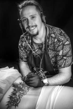 Tattooer makes tattoo art tattoo studio Stock fotó
