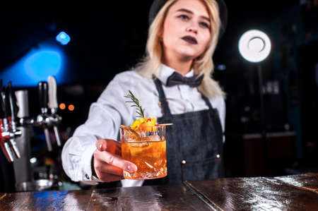 Girl barman concocts a cocktail on the saloon Banque d'images
