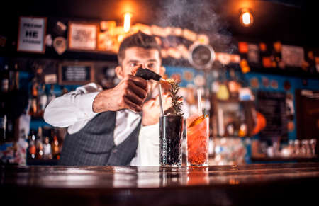 Barman makes a cocktail at the brasserie Banque d'images