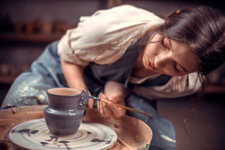 Master class on modeling of clay on a potters wheel In the pottery workshop. Reklamní fotografie - 159574507