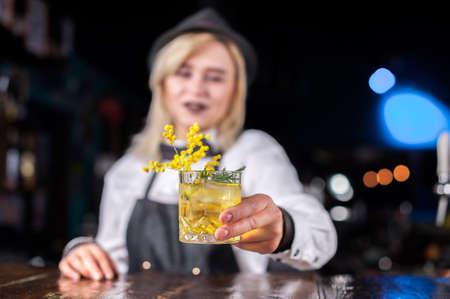 Girl bartender makes a cocktail at the bar Reklamní fotografie