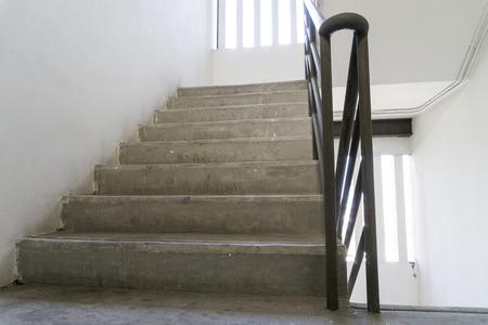 Altes Treppenhaus mit einem Handlauf in einem Gebäude, einsames Konzept. Ziel Konzept. Standard-Bild - 95910418