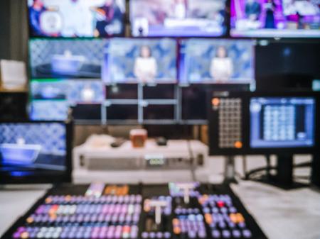 Commutateur vidéo d'image floue de l'émission de télévision, fonctionnant avec un mélangeur vidéo et audio, contrôle les émissions dans le studio d'enregistrement. Banque d'images