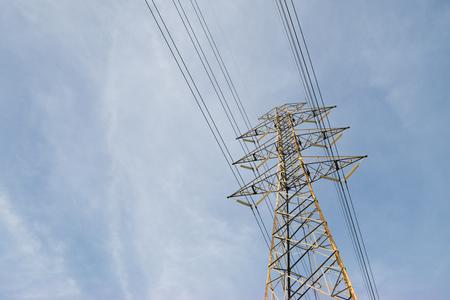 Hochspannungsmast und Wolkenhimmel. Standard-Bild