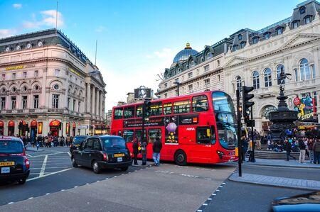 London, UK - April 2018: Piccadilly Circus bei Sonnenuntergang Standard-Bild
