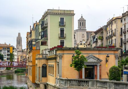 Girona Cathedral and houses along Onyar river, Spain 版權商用圖片